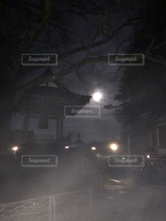 温泉街のお寺、夜霧の写真・画像素材[2815423]