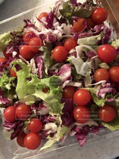 新鮮なフルーツと野菜のプレートをいっぱいの写真・画像素材[1160439]