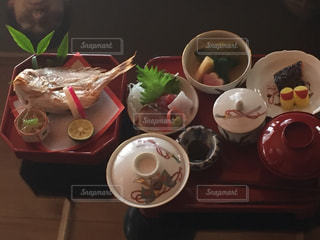 テーブルの上に食べ物のボウルの写真・画像素材[1160023]