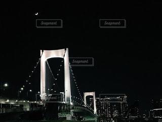 レインボーブリッジと月の写真・画像素材[1160232]