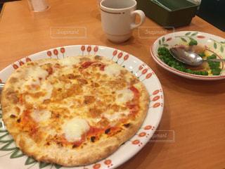 テーブルの上のピザ トッピング白プレートの写真・画像素材[1160102]