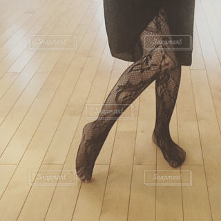 床の上に立っている女性の写真・画像素材[1160135]