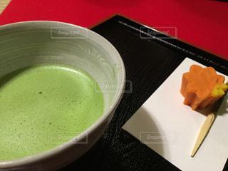 テーブルにあるスープのボウルの写真・画像素材[1330111]
