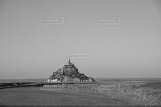 モンサンミッシェルの写真をモノクロに加工の写真・画像素材[1348698]
