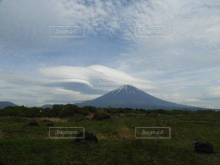 背景の山に大規模なグリーン フィールドの写真・画像素材[1168404]
