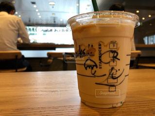 テーブルの上のコーヒー1杯の写真・画像素材[2186098]