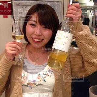 カメラに向かってポーズをとるワイングラスを持つ人の写真・画像素材[2881585]