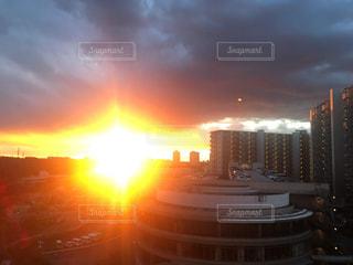 都市に沈む夕日の写真・画像素材[3222723]