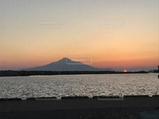 海に浮かぶ利尻島と沈む夕日の写真・画像素材[1160896]