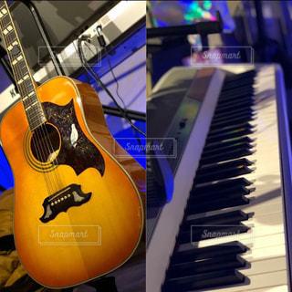 ギターとピアノの写真・画像素材[1161400]