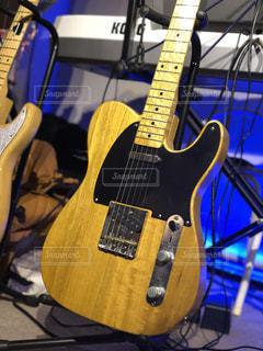 近くにギターのアップの写真・画像素材[1161454]