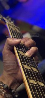 ギターを持つ手の写真・画像素材[1164689]