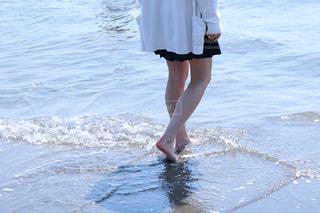 海岸に立っている女性の写真・画像素材[1161643]