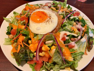 テーブルの上に食べ物のプレート - No.1162238