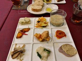 テーブルな皿の上に食べ物のプレートをトッピング - No.1162239