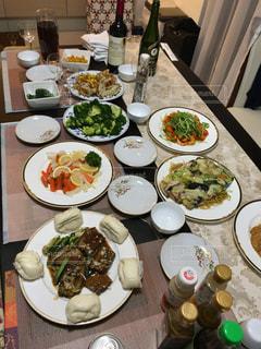 テーブルな皿の上に食べ物のプレートをトッピング - No.1162240