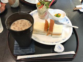 食品とコーヒーのカップのプレートの写真・画像素材[1162247]