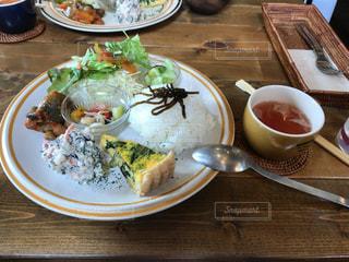 テーブルの上に食べ物のプレート - No.1162248