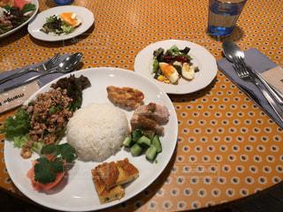 テーブルの上に食べ物のプレート - No.1162264