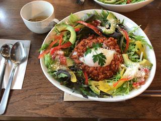 テーブルの上の皿にサラダ ボウル - No.1162270