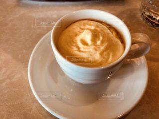 テーブルの上のコーヒー カップ - No.1162278