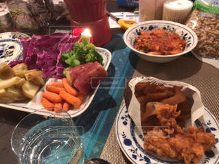 テーブルの上に食べ物のプレート - No.1162286