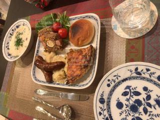 テーブルの上の皿の上に食べ物のボウル - No.1162288