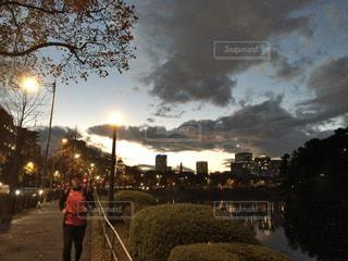 川の横の道を歩いている人 - No.1162291