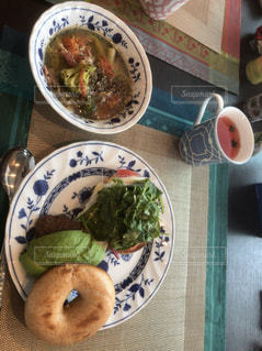 テーブルの上に食べ物のプレート - No.1162296