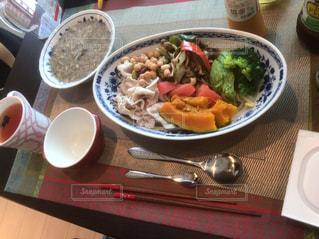 テーブルの上の皿の上に食べ物のボウル - No.1162297