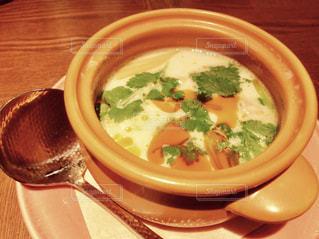 テーブルにあるスープのボウル - No.1162300