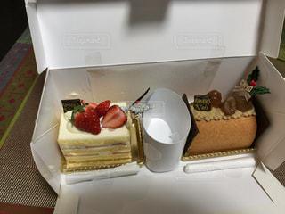 ケーキとまな板の上にある食べ物の皿 - No.1162302