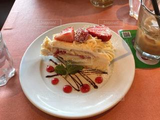 テーブルの上に食べ物のプレート - No.1162304