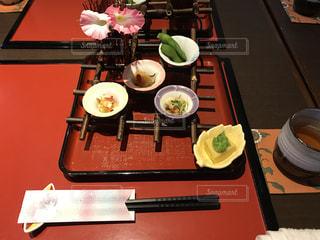 テーブルな皿の上に食べ物のプレートをトッピング - No.1162305