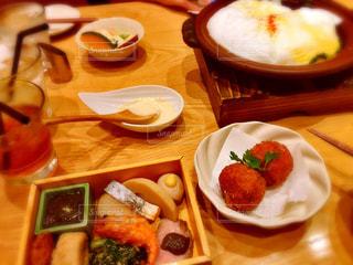 木製のテーブルの上に食べ物のプレート - No.1162306