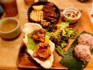 テーブルの上に食べ物のプレート - No.1162313