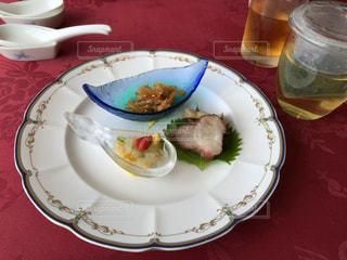 テーブルの上に食べ物のプレート - No.1162319