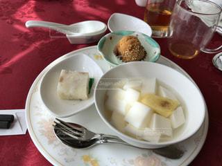 テーブルな皿の上に食べ物のプレートをトッピング - No.1162334