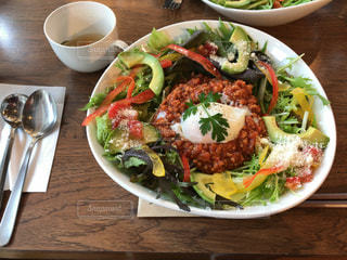 テーブルの上の皿にサラダ ボウル - No.1162359