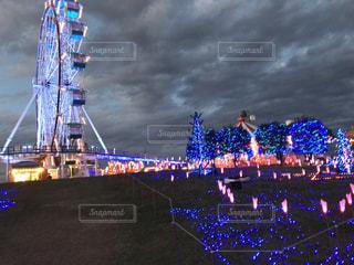 大きな橋が夜ライトアップ - No.1163413