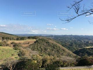 近くに木々 や背景の山と丘の中腹のアップ - No.1163419
