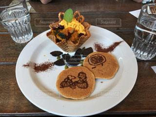 テーブルの上に食べ物のプレート - No.1163436