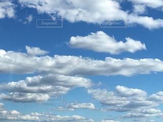 ルネマグリットの絵のような青空と雲の写真・画像素材[1162594]