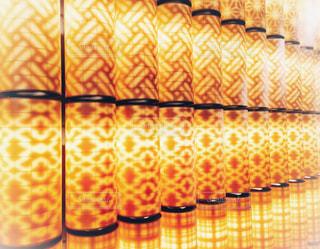 江戸模様オレンジ色の灯火の照明の写真・画像素材[1164359]