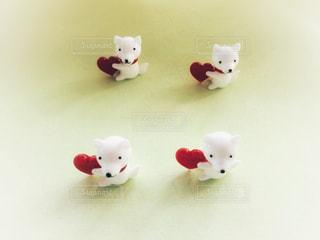 赤いハートを持った白い仔犬のガラス飾りの写真・画像素材[1172639]