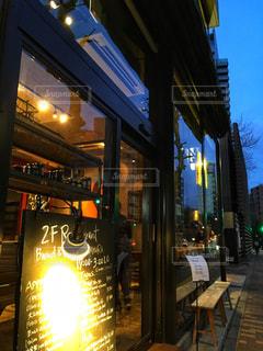 夜の店の前の写真・画像素材[1178661]