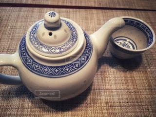中国茶の急須と湯のみのテーブルセッティングの写真・画像素材[1179793]