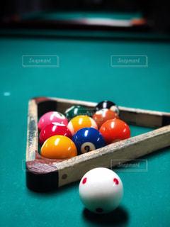 ビリヤード台とプールボールの写真・画像素材[1718309]