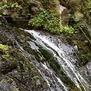 岩が多い崖の上の大きな滝の写真・画像素材[1162727]