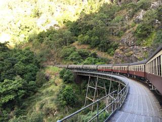 橋の上を走行する列車の写真・画像素材[1162790]